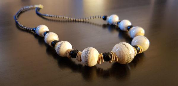 Collier en perle couleur ivoire et noir verre de Murano