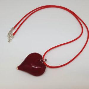 Pendentif en forme de coeur rouge transparent