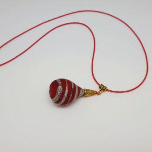 Pendentif en forme de poire rouge depolie